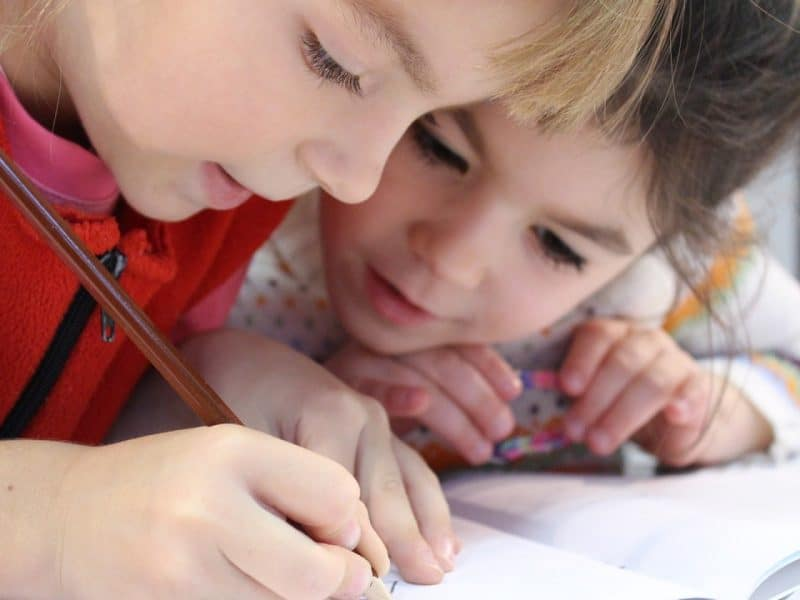 Trois activités à proposer à un enfant introverti