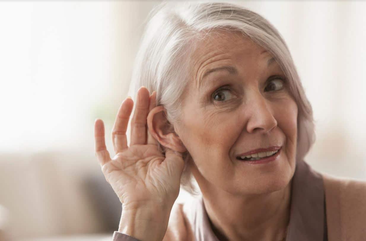 Bien tendre l'oreille pour écouter les conseils de l'audioprothésiste